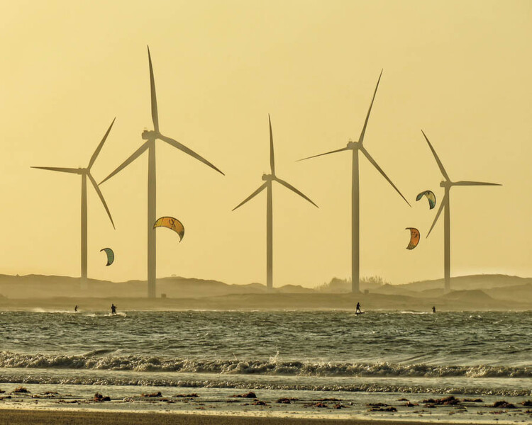 Poder público e iniciativa privada de diversos países incentivam transição para energias limpas, Turbinas eólicas na praia de Icaraí de Amontada, no Brasil. Imagem © Ronaldo Lourenco