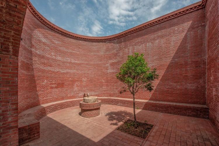 Lizigou Red Brick Ceremonial Hall Building / KEYWORKS + RENGARCH. Image © Leo Sun