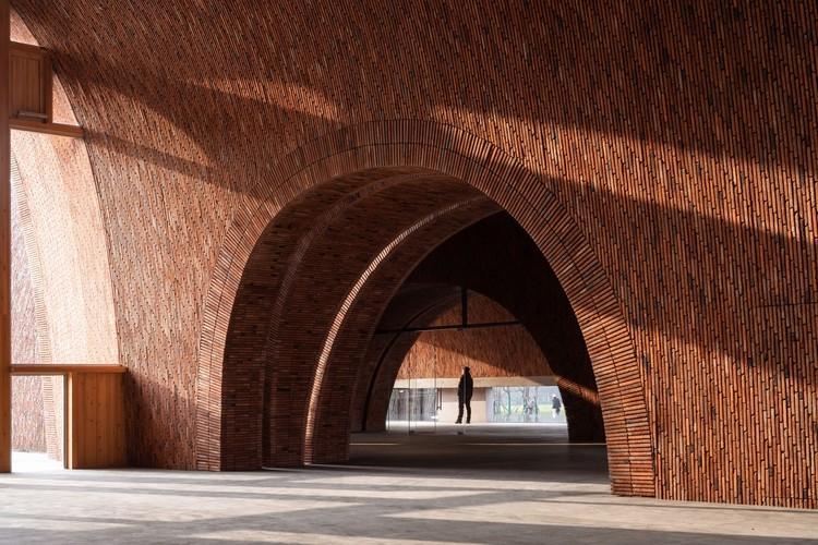 Rumo a um futuro sustentável: materiais e sistemas construtivos locais na arquitetura chinesa contemporânea, Jingdezhen Imperial Kiln Museum / Studio Zhu-Pei. Image Courtesy of Studio Zhu-Pei