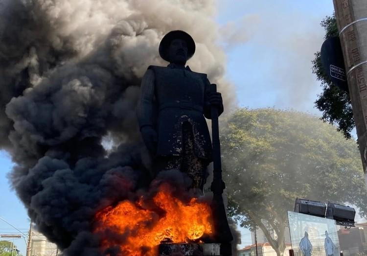 Estátuas em chamas: como estamos construindo a memória em nossas cidades? , Estátua do Bandeirante Borba Gato em chamas São Paulo. Foto: Reprodução/Twitter