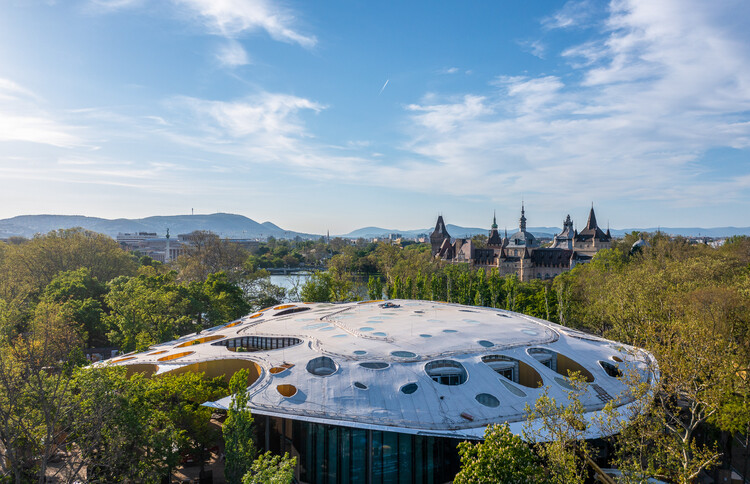 Un techo con 100 perforaciones para los árboles y la luz: La Casa de la Música Húngara de Sou Fujimoto se encuentra en la fase final de construcción, Cortesía de Liget Budapest
