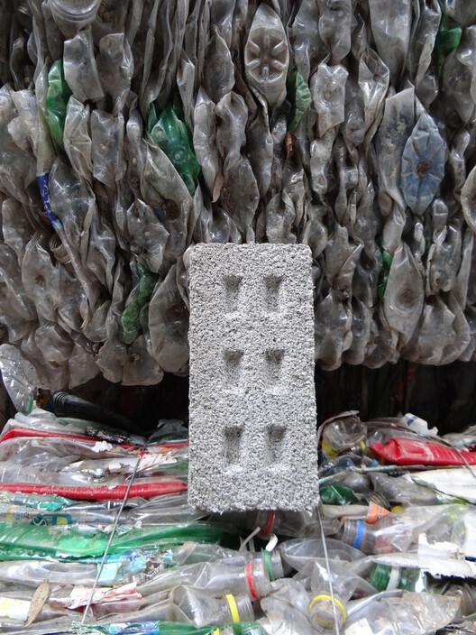 Tijolos de PET reciclado для построения общества в Аргентине.  Изображение Cortesia de Fundación Ecoinclusión