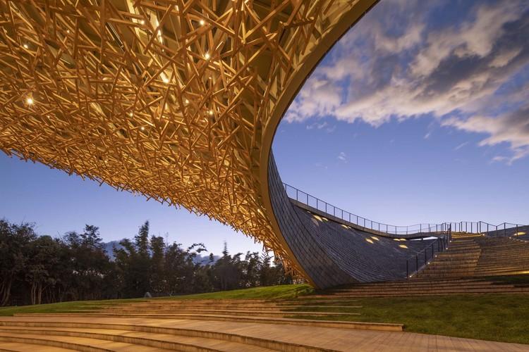 деревянная крыша и театр под открытым небом.  Изображение © Weiqi Jin