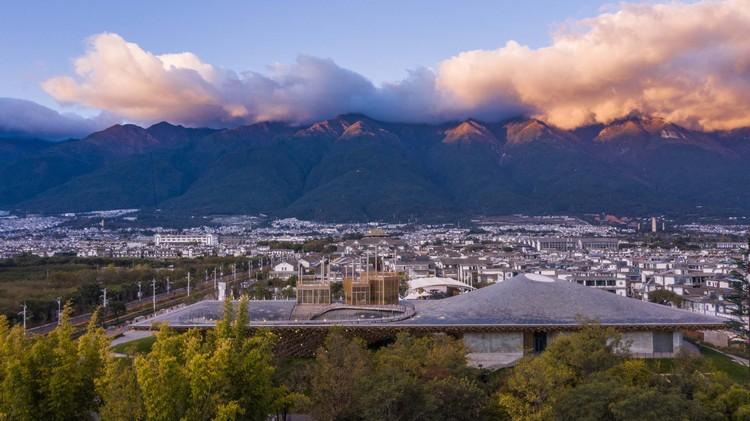Гора Кан, старый город и центр исполнительского искусства.  Изображение © Weiqi Jin