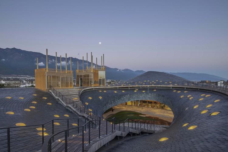 крыша и театр под открытым небом.  Изображение © Weiqi Jin