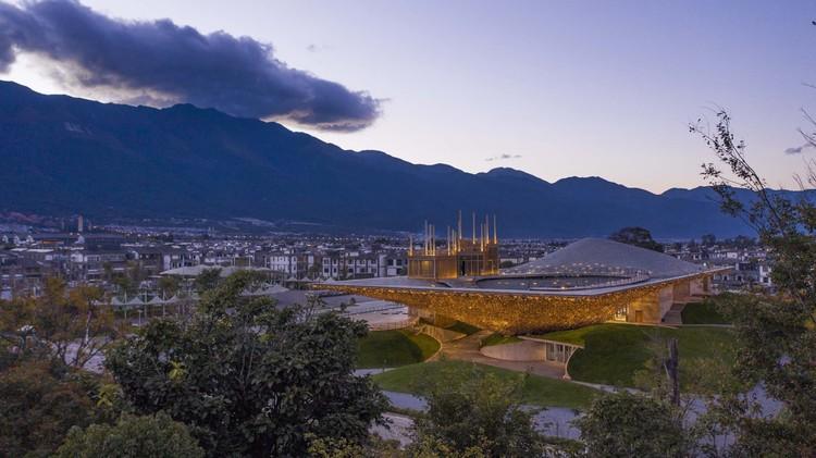 огни осветили театр.  Изображение © Weiqi Jin