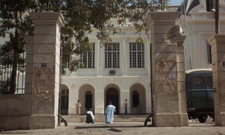 Ибрагим направляется в ратушу.  Изображение предоставлено Janus Films
