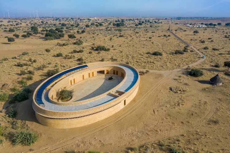 Школа для девочек Раджкумари Ратнавати / Diana Kellogg Architects.  Изображение © Винай Панджвани