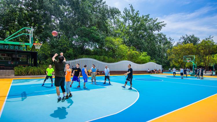 Баскетбольная площадка.  Изображение © Цзинь Чжан