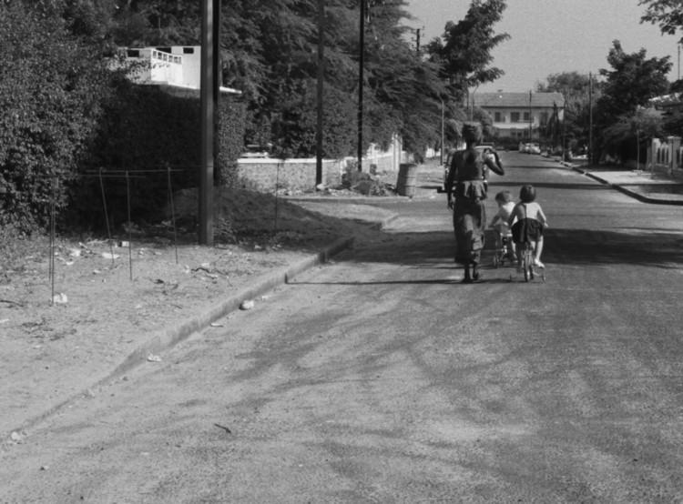 Богатый район Дакара.  Изображение предоставлено Janus Films