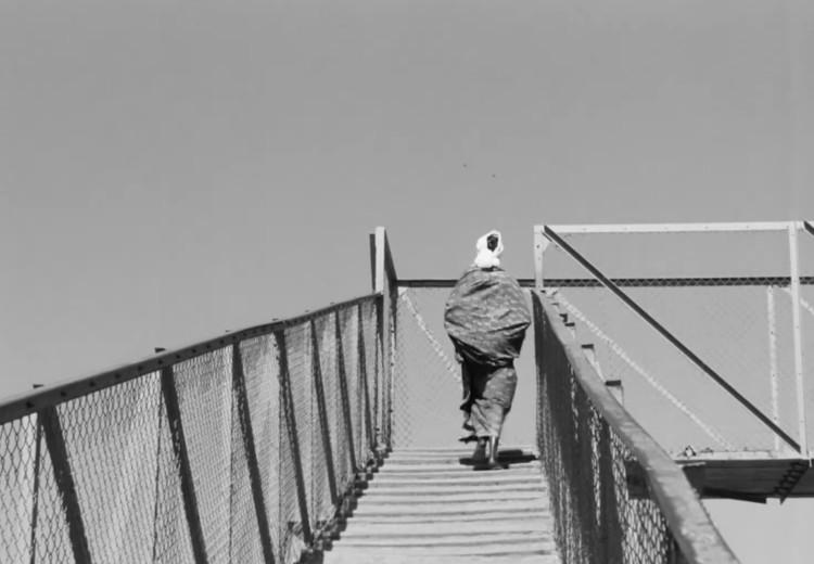 Диуана поднимается по мосту, чтобы покинуть район Медины.  Изображение предоставлено Janus Films