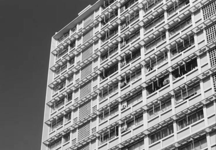 Тропическая модернистская архитектура Дакара.  Изображение предоставлено Janus Films