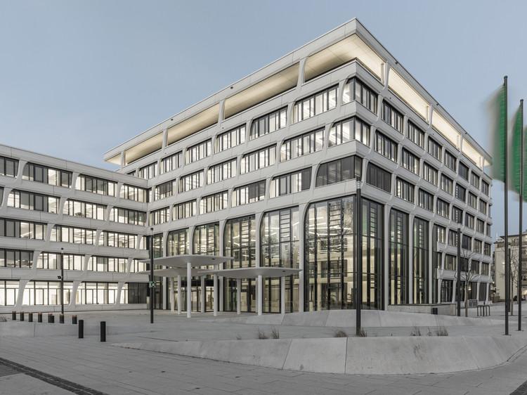 Фасадные колонны высотой 11,75 м2 подчеркивают привлекательный внешний вид новой штаб-квартиры HeidelbergCement даже снаружи.  Изображение © Thilo Ross Fotografie