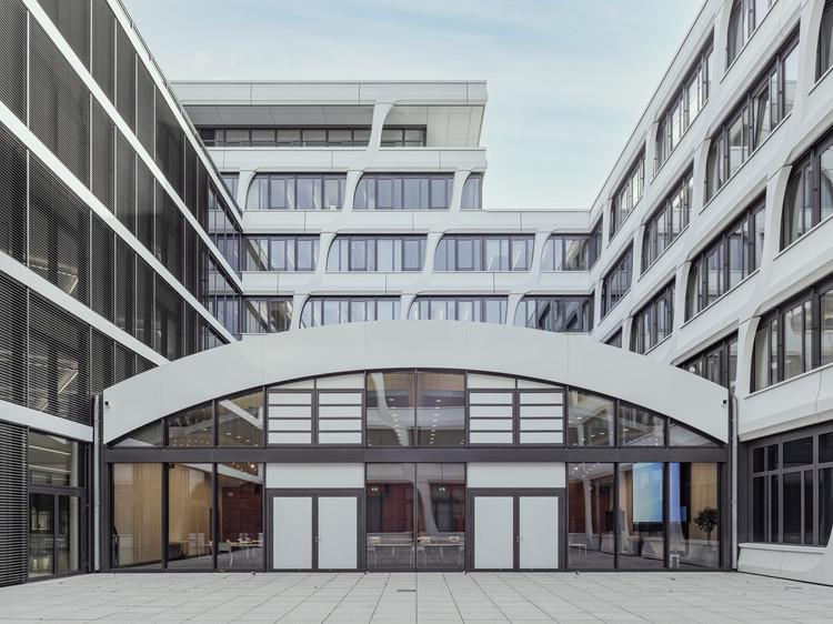 Купольный потолок был изготовлен из 82 предварительно смонтированных на заводе архитектурных бетонных деревянных каркасов по 3D-дизайну.  Изображение © Thilo Ross Fotografie