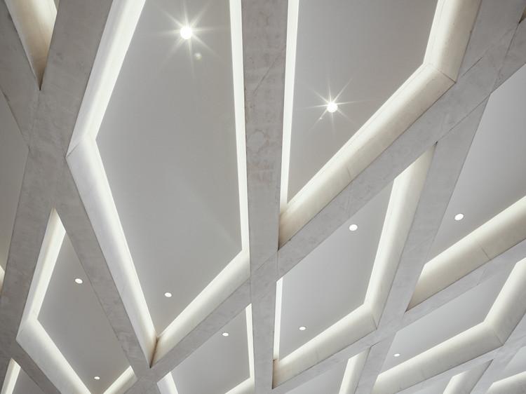 Особый железобетонный потолок казино состоит из радиальных остроконечных балок.  Они выделяются из белого бетона SB 4 на фоне нижнего потолка из серого бетона SB 2.  Изображение © Thilo Ross Fotografie