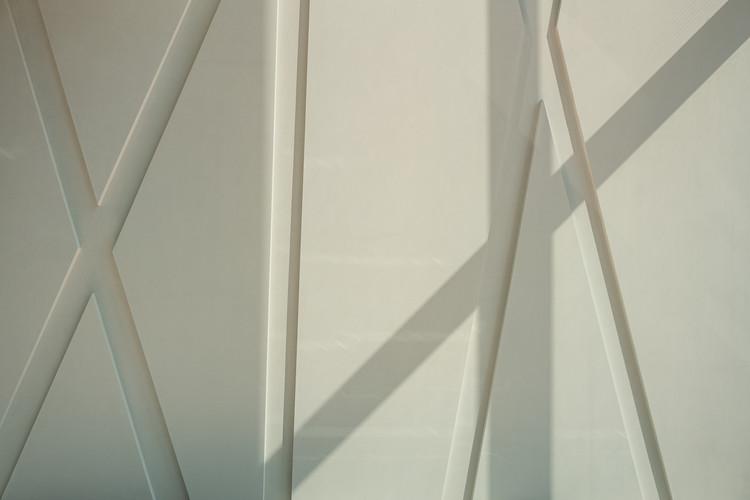 Особенная стена состоит из нескольких сборных бетонных элементов высочайшего архитектурного качества из бетона, которые впоследствии были прикреплены к монолитной бетонной стене.  Изображение © Thilo Ross Fotografie