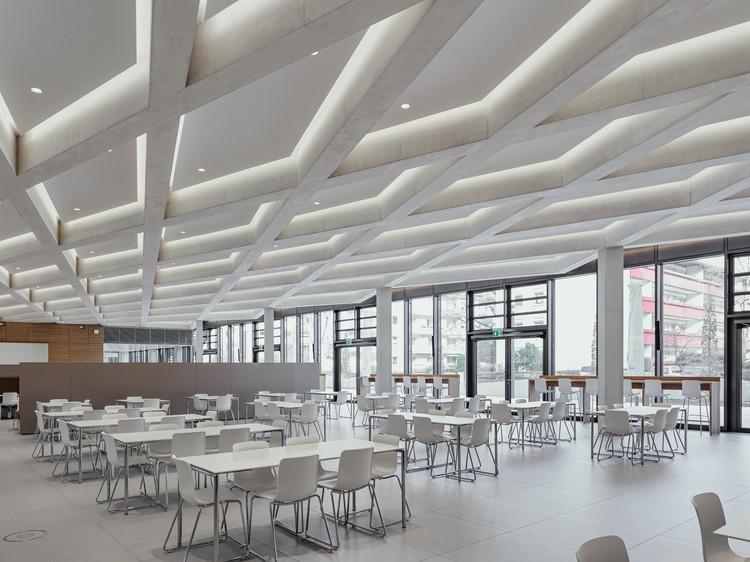 Казино на первом этаже новой штаб-квартиры предлагает сотрудникам HeidelbergCement достаточно места для сидения и коммерческую кухню.  Изображение © Thilo Ross Fotografie