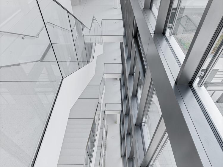 Новый головной офис производителя строительных материалов HeidelbergCement впечатляет своими яркими, залитыми светом помещениями и элементами радиальной формы из белого бетона.  Изображение © Thilo Ross Fotografie