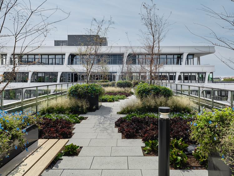 Новое здание с зелеными внутренними дворами и множеством других достопримечательностей соответствует высочайшим стандартам Немецкого совета по устойчивому строительству (DGNB).  Изображение © Thilo Ross Fotografie
