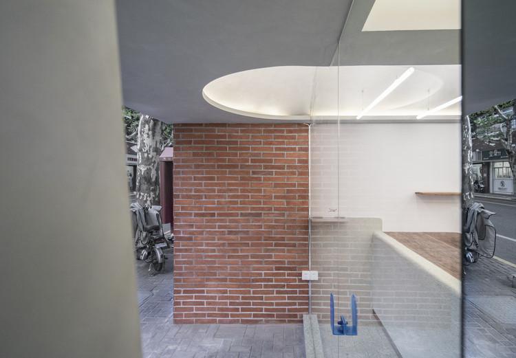отверстие, соединяющее вход с балконом.  Изображение © WDi