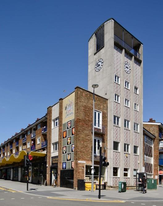 Central Parade в Уолтемстоу, Северный Лондон, объединил центр города, который подвергся бомбардировке ракетой Фау-1. Изображение предоставлено Элейн Харвуд