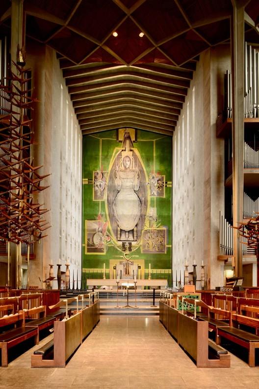 Собор Ковентри, спроектированный Бэзилом Спенсом, смотрит на своего разбомбленного готического предшественника.  Внутри он обрамляет гобелен художника Грэма Сазерленда «Христос во славе». Изображение предоставлено Элейн Харвуд