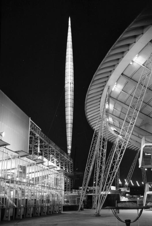 Вид на Скайлон высотой 300 футов (91 метр) и Купол открытий на Фестивале Великобритании в 1951 году. Изображение предоставлено Бернардом Уильямом Ли, Wikipedia Commons