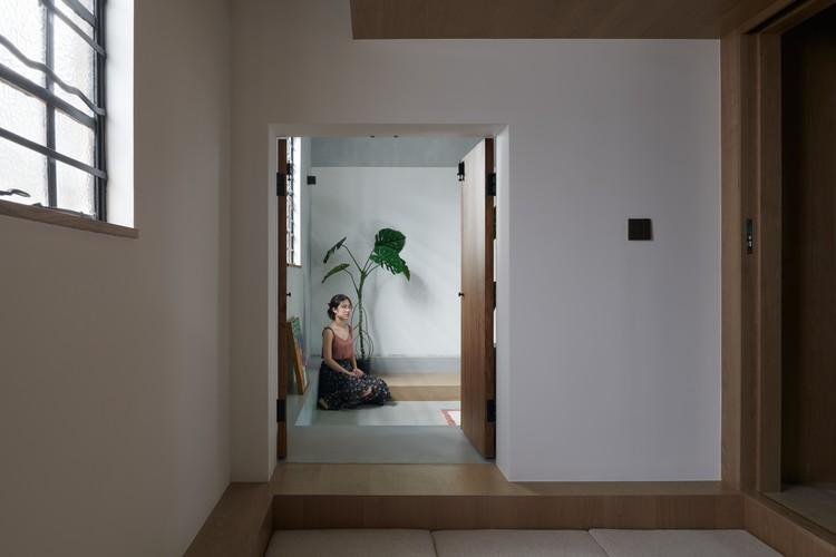 Blick vom Schlafzimmer zum Wohnzimmer.  Bild © Hao Chen