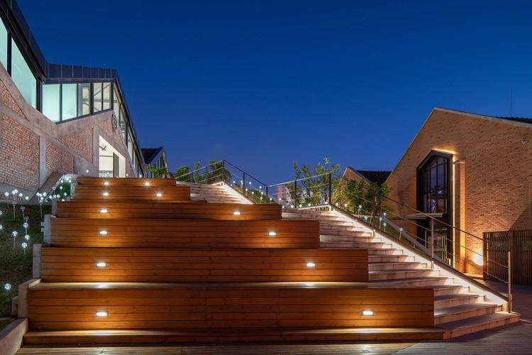 после ремонта_грандная лестница ночной вид.  Изображение © Чжунжуй Шао