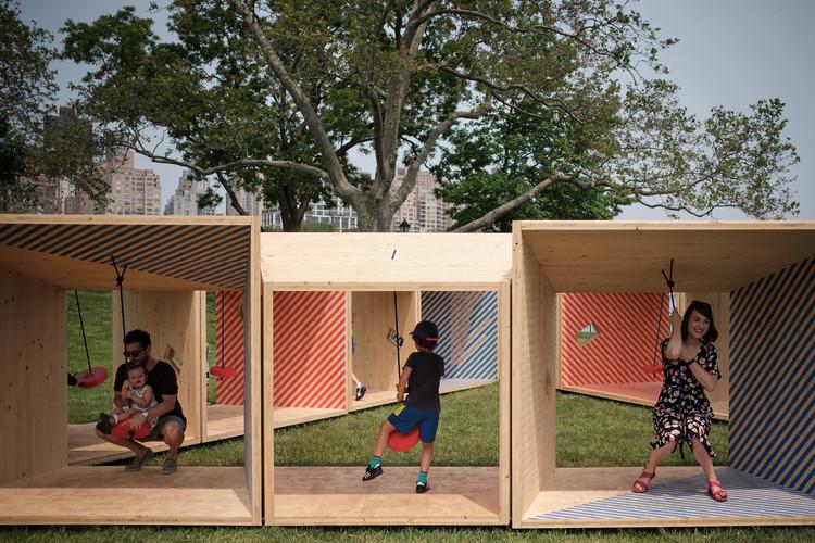 Pregunta abierta: ¿Qué tan equitativa es la arquitectura?, Pabellón Salvage Swings de Somewhere Studio en Nueva York. Image © James Leng