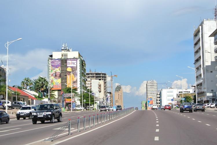 Киншаса - бульвар Ду 30 Джуин.  Изображение © Пользователь Викимедиа Антуан Моэн де Хасе под общей лицензией Creative Commons Attribution 2.0.