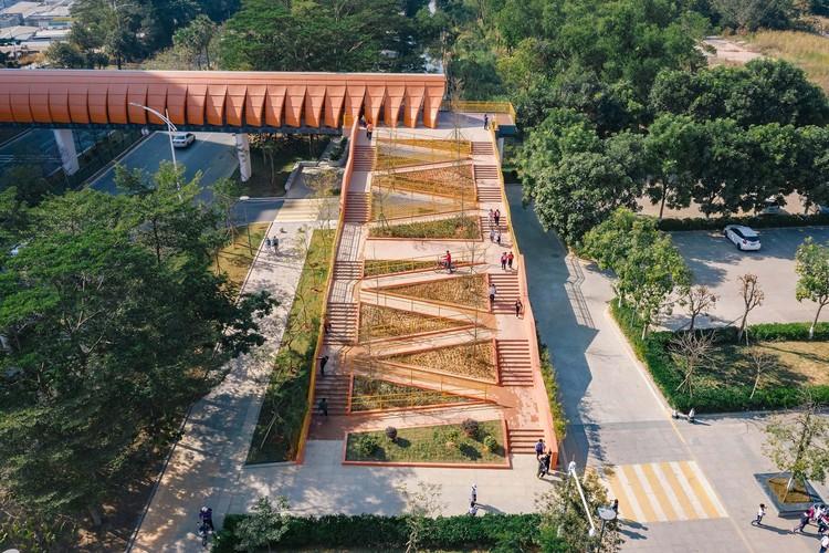 Jembatan Sekolah Dasar Eksperimental Chang'an / Studio Desain Arsitektur Zhutao, Lereng utara yang akhirnya dibangun, dengan fasilitas bermainnya sebagian besar disederhanakan.  Gambar © Oliver Luo