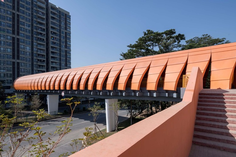 The roof of the bridge gradually opened, like a mantis shrimp opening its shells.  Image © Olivier Luo