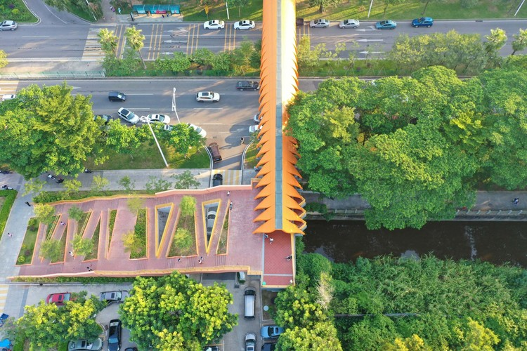 Bird's eye view showing the relationship of the north slope and balconies to the greenbelt of the street and the canal.  Image © Yilei Zhu