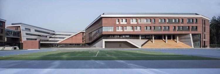 многофункциональное здание и здание начальной школы западный фасад.  Изображение © Мэн Чжоу