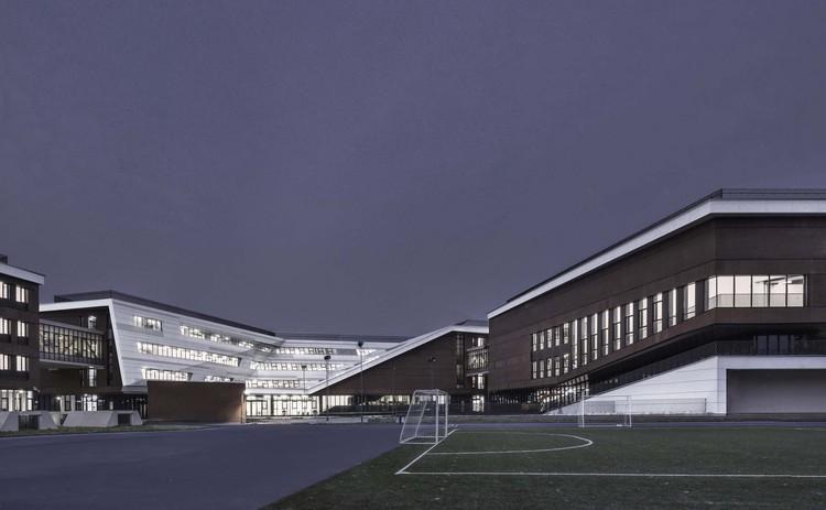Ночная точка зрения многофункционального здания и здания начальной школы.  Изображение © Мэн Чжоу