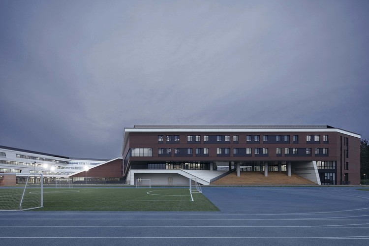 Ночная точка зрения здания начальной школы.  Изображение © Чжи Ся