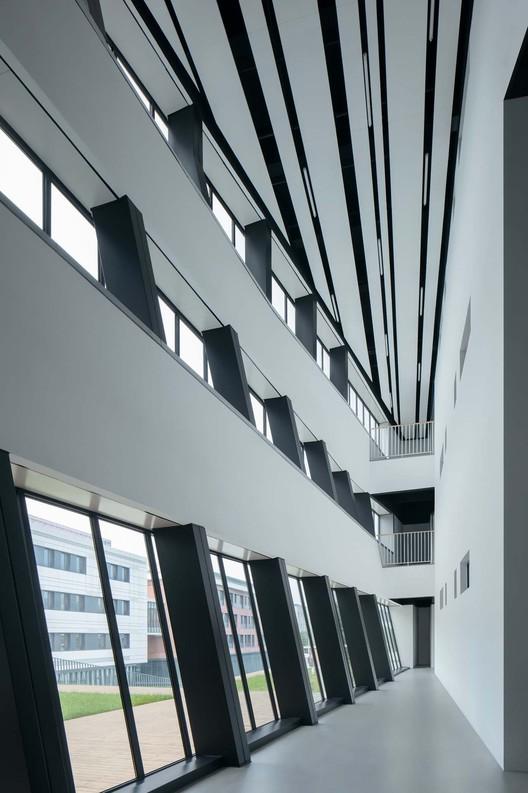 вестибюль здания начальной школы.  Изображение © Чжи Ся