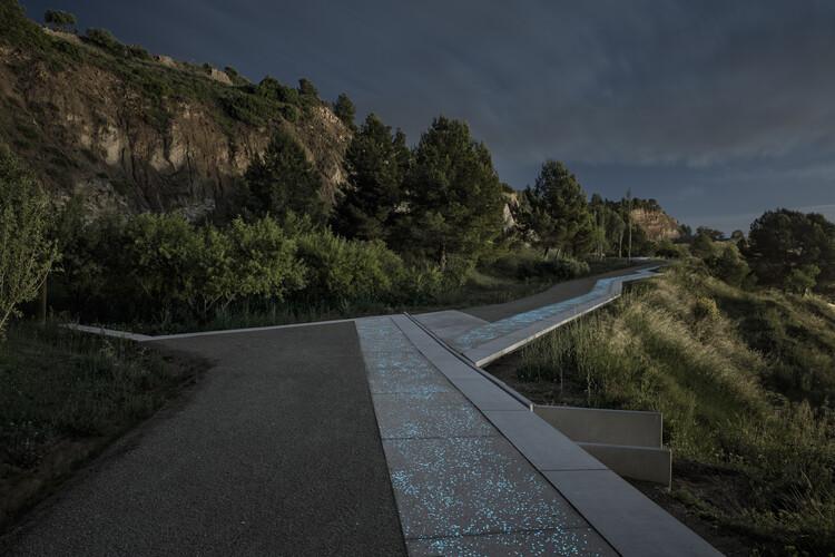 """""""Buscamos recuperar la naturaleza allí donde ha desaparecido"""": Joan Batlle, de Batlleiroig, Scenic Path along Igualada's old gypsum mines. Image © Jordi Surroca"""