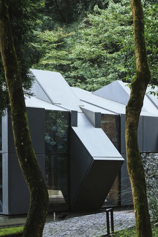 здание в окружении деревьев.  Изображение © Arch-Exist