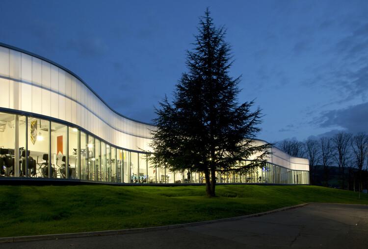 Sportscotland Национальный спортивный учебный центр Inverclyde (Ларгс, Северный Эйршир), созданный Reiach and Hall Architects.  Изображение предоставлено RIBA