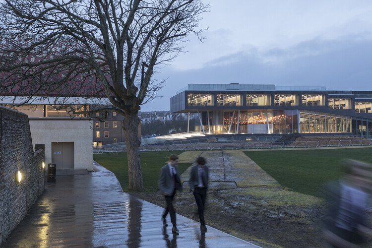 Брайтонский колледж - Школа науки и спорта Управления столичной архитектуры.  Изображение © Laurian Ghinitoiu
