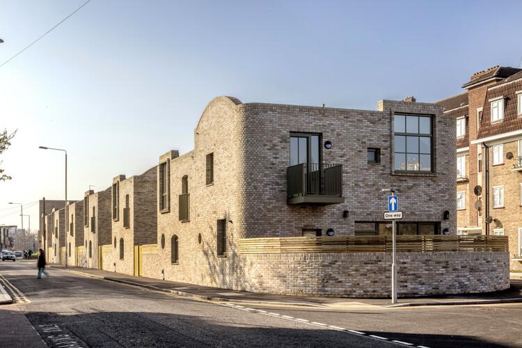 Северная улица (Лондон IG11) от Peter Barber Architects.  Изображение © Морли фон Штернберг