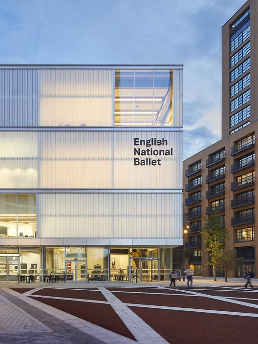 Английский национальный балет в Центре танца Мулриана (Лондон, E14) от Glenn Howells Architects.  Изображение © Эл Кроу
