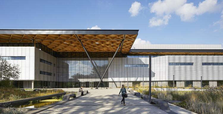 Профессор лорд Бхаттачарья строит университет Уорвика, студия Cullinan.  Изображение © Ник Хафтон