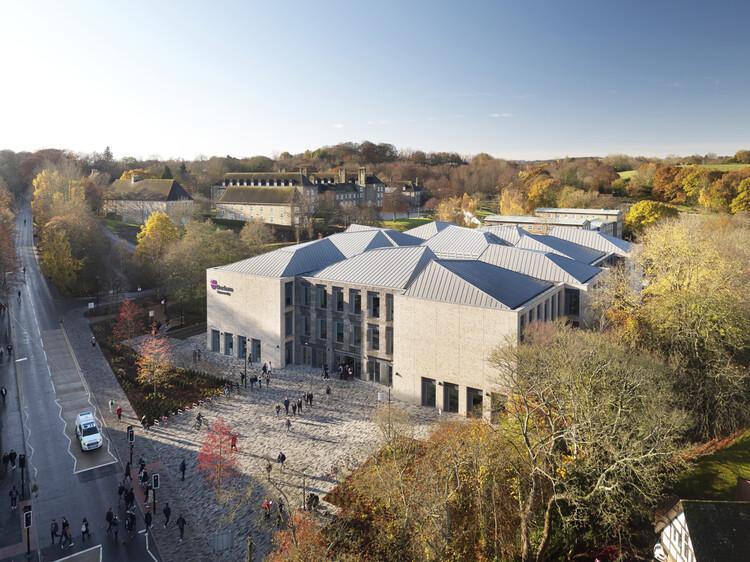 Учебно-методический центр Нижнего Маунтджоя Даремского университета, созданный компанией FaulknerBrowns Architects.  Изображение © Джек Хобхаус