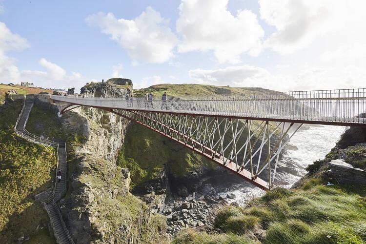 Пешеходный мост замка Тинтагель для английского наследия (Корнуолл) от Ney & Partners и William Matthews Associates.  Изображение © Hufton-Crow