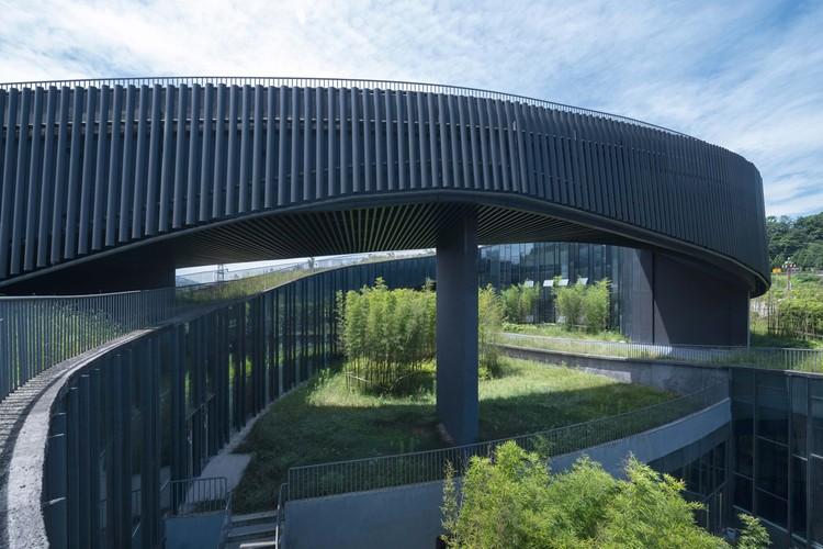 Внутренний двор внутри архитектуры.  Изображение © Arch-Exist
