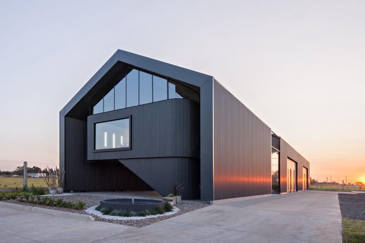 Nave de maquinarias y oficinas Bertolotti Vial / Estudio 2(A) DosArquitectas, © Albano García
