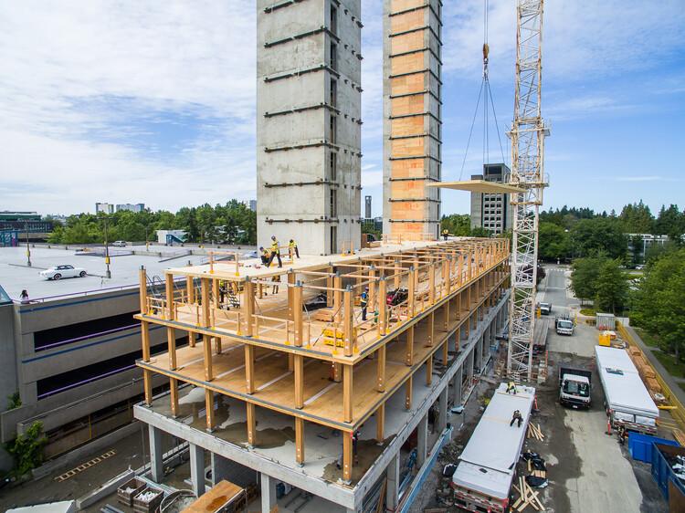¿Es la madera una buena opción para enfrentar terremotos?, Construction of Brock Commons. Image © KK Law. Courtesy of naturallywood.com